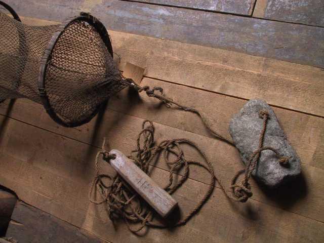 Åleruse,  mindre modell. Skygarn vel 1 favn.   Diam. for kalvgjur 40. Rusens L. 134.  Dybde for ytre kalv 26. for indre 40. Skygarnet er utstyrt med  endestokk. Hamp telne med blystein og kork.  Barket med katagu.