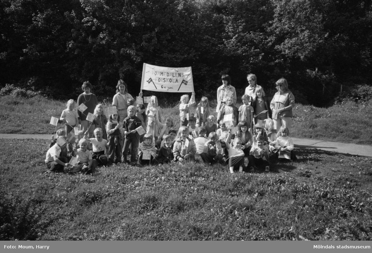 Nationaldagsfirande i Kållered, år 1983. Grupporträtt på Vommedalens förskolas barn.  För mer information om bilden se under tilläggsinformation.