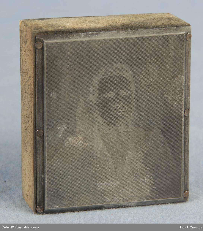 Form: firkantet trekloss påmontert metallplate med bilde som skal tykkes