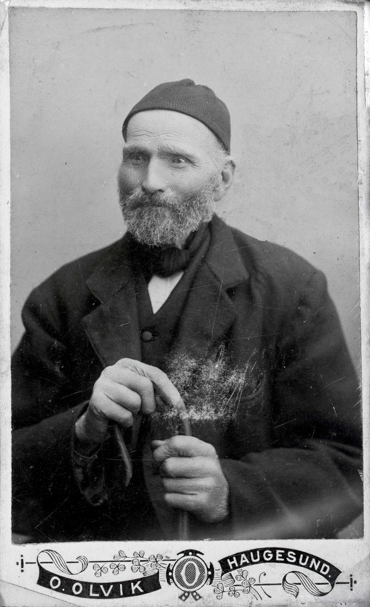Portrett - Herre med skjegg og strikkelue.