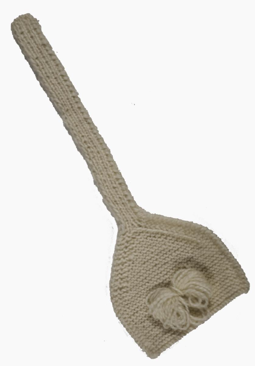 Stickad öronlapp stickad i naturvit 2 trådigt ullgarn Öronlappen är rätstickad  knytbandet resårstickat , att användas till bingemössa.