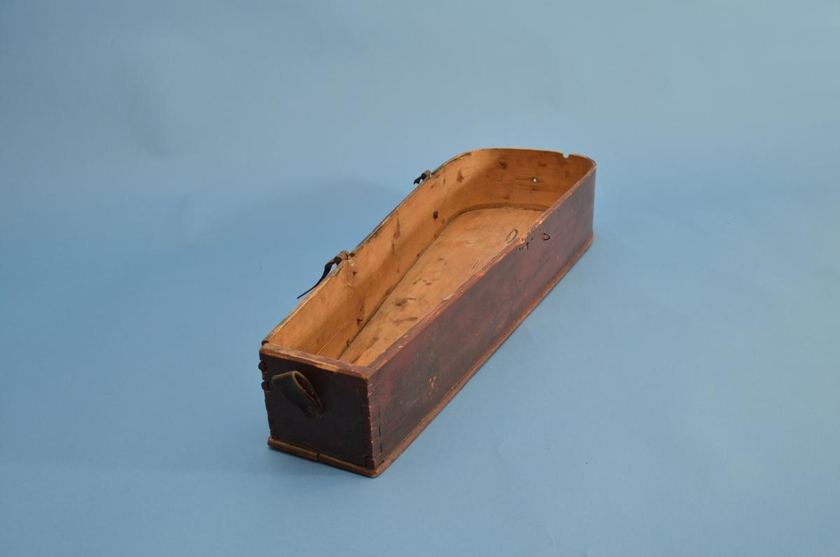Feleskrinet er laget av furu og rødmalt. To hengsler av jern på den ene langsiden. Begge er defekte slik at lokket er løst. En renneløkke på den ene kortsiden. Ståltråløkke på fremre langside. På framsiden er det merker etter en lås med nøkkelhull. Sidestykket er bøyd og tappet inn i endestykket.   Lokket er avrundet og innvendig uthulet. Oppe på lokket er er det enkle geometriske utskjæringer. Et ekstra trestykke med utskjæringer forhøyer lokket.