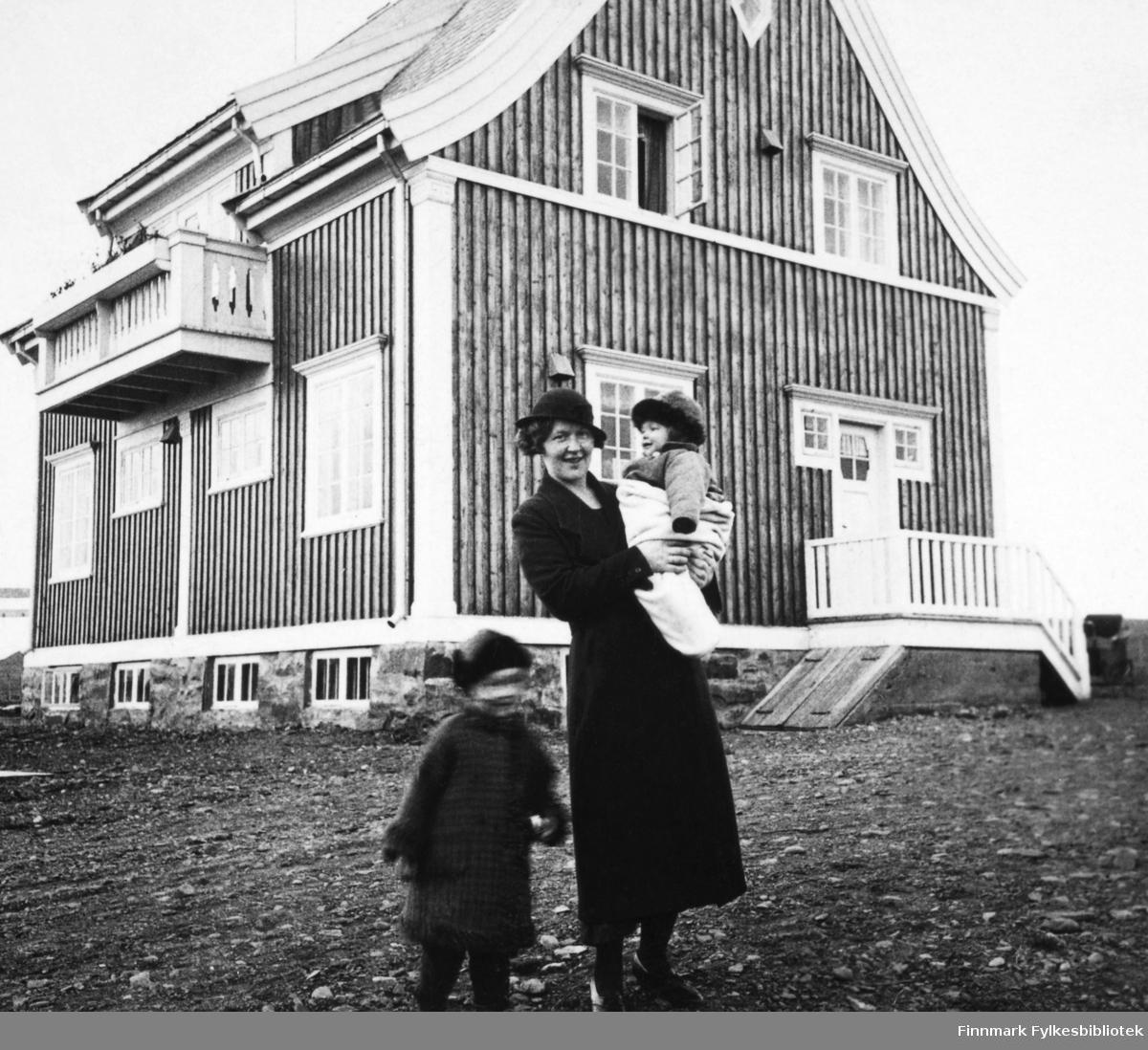 """Dette bildet viser Harald Hofseths familie fotografert utenfor familiens hus. På bildet ser man fru Hofseth med sine to barn. Bildet er tatt på høsten og er et stereoskopi-bilde. Stereoskop er et apparat for å gi tredimensjonalitet og dybdesyn når man betrakter fotografiet gjennom apparatet - og fotografiet kalles stereofotografier eller stereokort. Teknikken stereoskopi omfatter flere forskjellige teknikker, også tredimensjonal film. Begrepet er dannet av de greske ordene stereos (""""romlig"""") og skopein (""""se seg omkring""""). Adjektivet stereoskopisk betyr """"med romvirkning"""" eller """"tredimensjonal"""" og brukes særlig om opplevelsen av dybdesyn med to øyne som ser i samme retning. (wiki)"""
