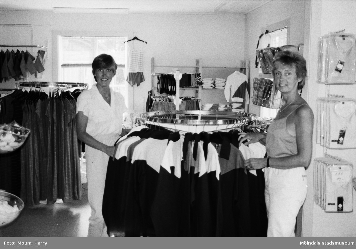 """Klädaffären Öbergs Lagerförsäljning i stationshuset i Lindome, år 1983. """"Några tågbiljetter säljs inte på Lindome station. Men Christina Edberg och Marita Unell har öppnat klädaffär.""""  För mer information om bilden se under tilläggsinformation."""