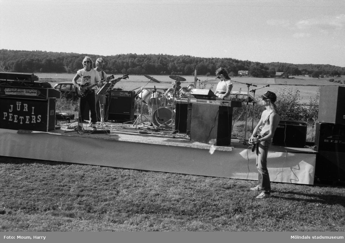Lindome finska förening arrangerar utomhuskonsert i Sinntorp, Lindome, år 1983.  För mer information om bilden se under tilläggsinformation.