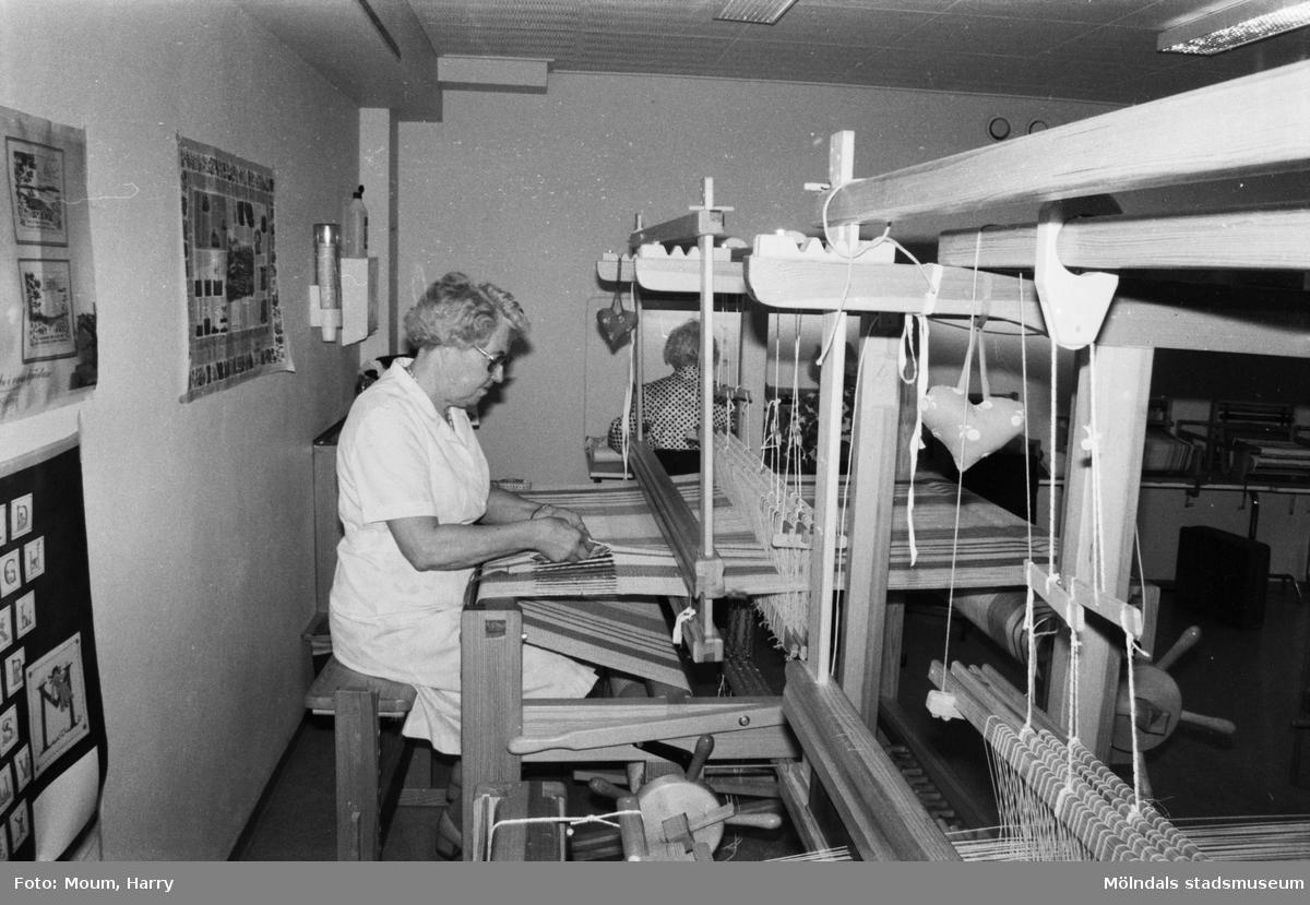 """Pensionärsverksamheten kallad """"Hobbyn"""" vid Våmmedalsvägen i Kållered, år 1983. """"Olga Magnusson älskar att sitta vid vävstolen.""""  För mer information om bilden se under tilläggsinformation."""