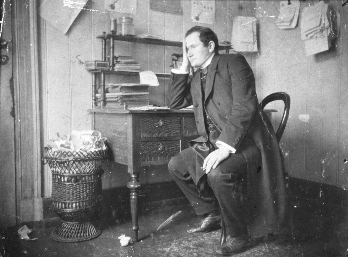 Portrett av Matti Aikio (født Mathis Isachsen i Karasjok 18. juni 1872, døde 25. juli 1929 i Oslo). Han var en samisk forfatter som skrev på norsk i en tid da samenes stilling i Norge var truet.