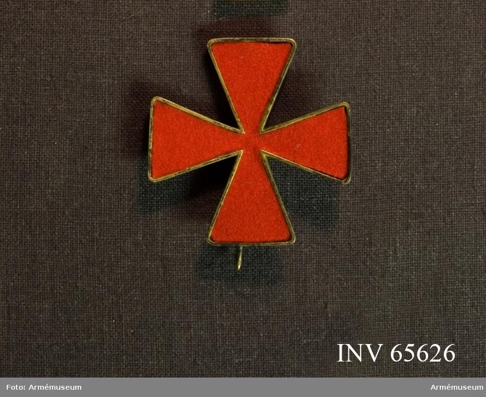 Grupp M II. Karl XIIIs orden. Ordenstecken i tyg att bäras på ordensdräkt. Ett St Georgekors av rött kläde, infattat i gyllene upphöjda kanter.
