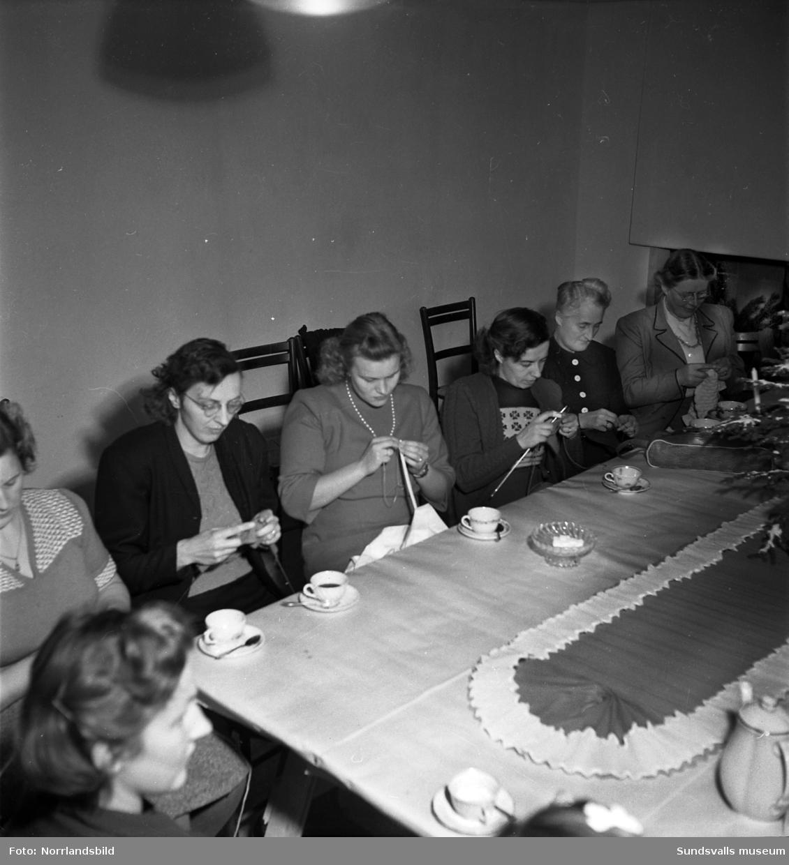 Syförening i Sundsvall. Handarbetande kvinnor runt kaffebordet.