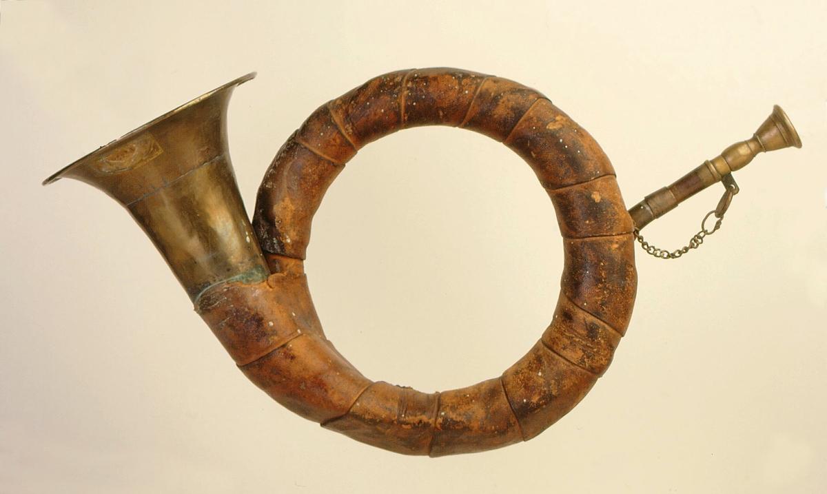postmuseet, gjenstander, posthorn fotografert til posthornplakaten, jakthorntype, lærbånd viklet rundt hornet, kort lenke på langt munnstykke