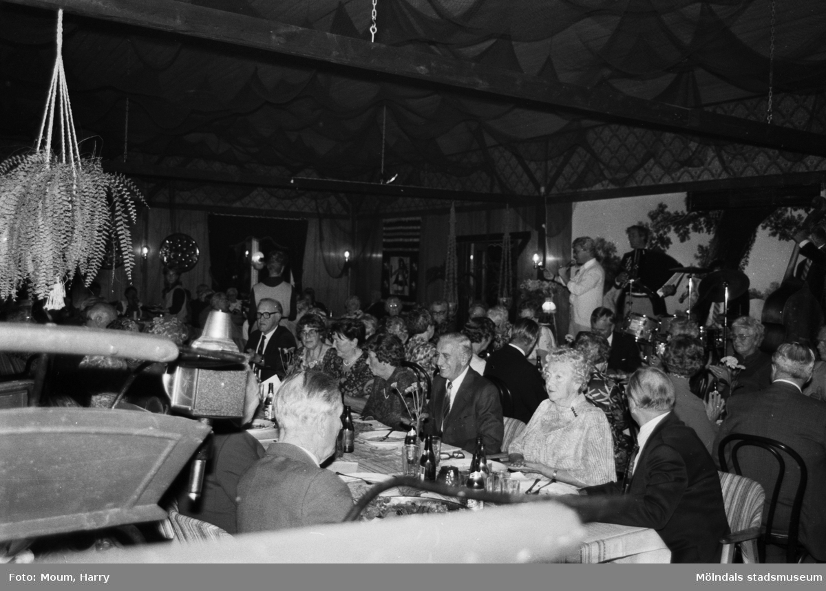 """Kållered PRO firar 10-årsjubileum på Kållereds Värdshus, år 1983. """"Stämningen var hög vid de festligt dukade borden.""""  För mer information om bilden se under tillägginformation."""