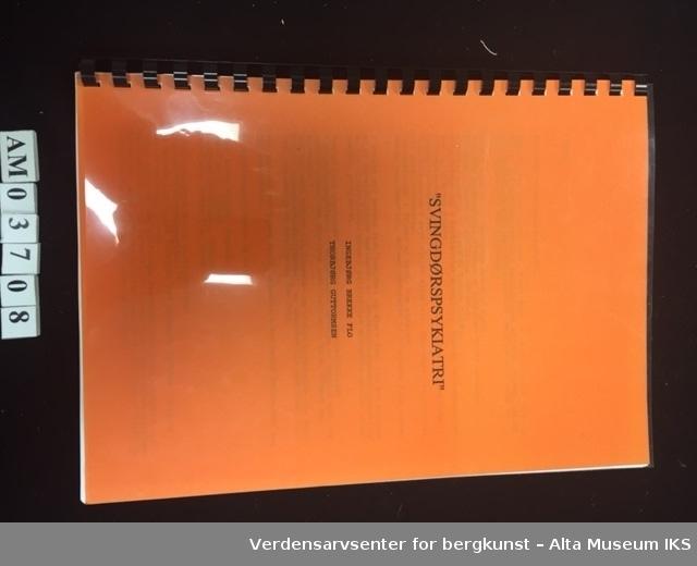 Rektangulær hefte, med oransje forside. Den har svart marg og gjennomsiktig plast som ligger som beskyttelse over forsiden. Det samme er det på baksiden, som er hvit. Heftet består av totalt 25 ark.