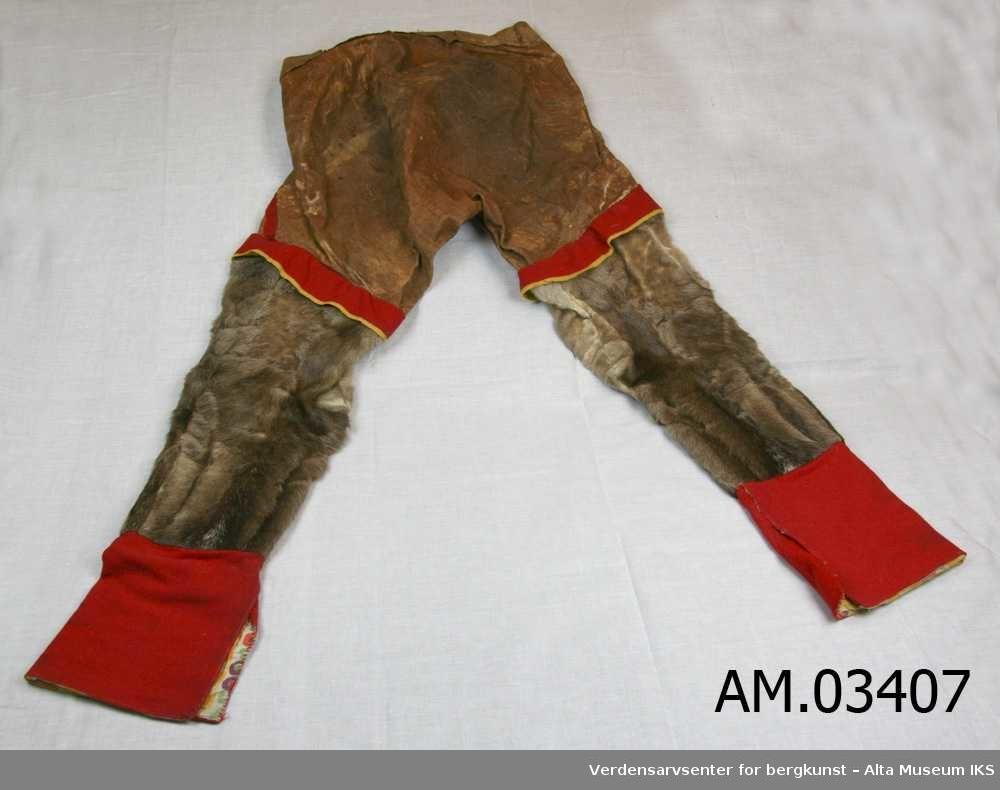 77350da2 Pyntet med rødt og gult klede. Nederdelen av benet foret med samme  bomullstoff som kragen. Photo: Verdensarvsenter for bergkunst – Alta Museum  IKS