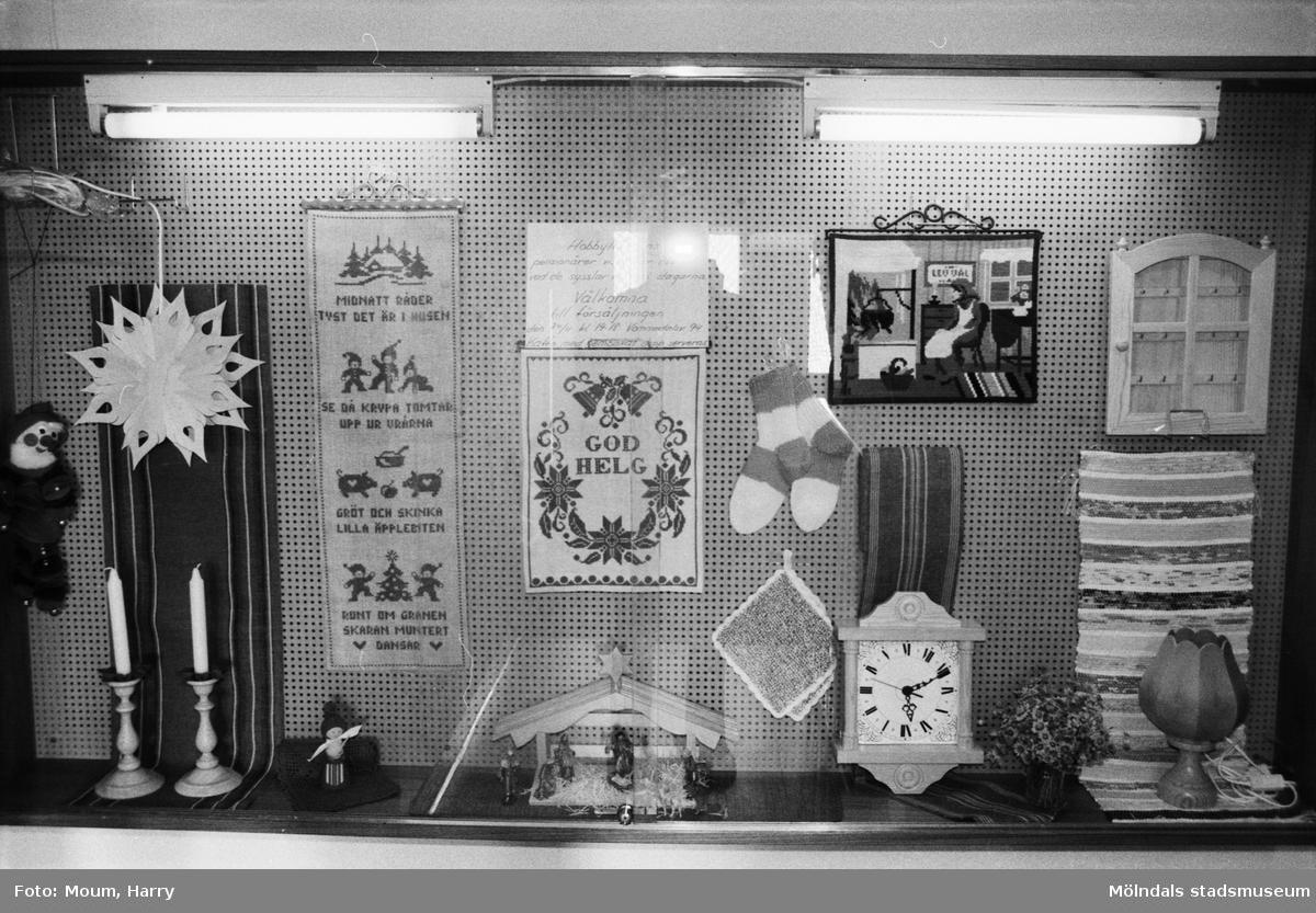 """Pensionärsverksamheten kallad """"Hobbyn"""" ställer ut sina alster på Kållereds bibliotek, år 1983.  För mer information om bilden se under tilläggsinformation."""