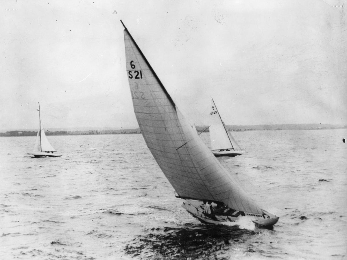 Fartyg: ALTHEA                         Bredd över allt 2,00 meter Längd över allt 11,35 meter  Rederi: Beckman, Carl J. Byggår: 1925 Varv: Abrahamsson & Son, Göteborg Konstruktör: Crane, Clinton H. Övrigt: Från International Six Metre Yacht Races, Oyster Bay, Long Island 1925. Båten på bilden byggdes 1925 och ägdes ursprungligen av ett konsortium inom S.S. Aeolus. Dess första namn var SATANA, men då den senare samma år övertogs av Carl J. Beckman fick den namnet ALTHEA; efter nytt ägarbyte omtalas den i KSSS årsbok 1927 åter som SATANA. I bakgrunden ses den amerikanska 6-metersjakten 6-US29 LANAI (b. 1925, konstr. Clinton H. Crane).