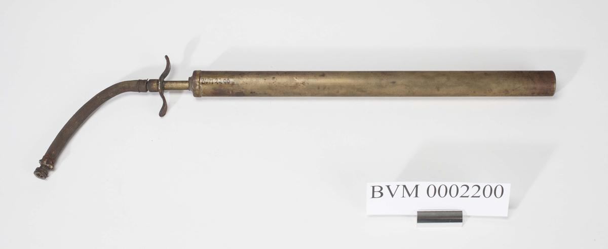 Tynn lang sylinder med hull i ene enden. Festet til sylinder som kan dras ut og inn. I enden festet tynn gummislange med endestykke.