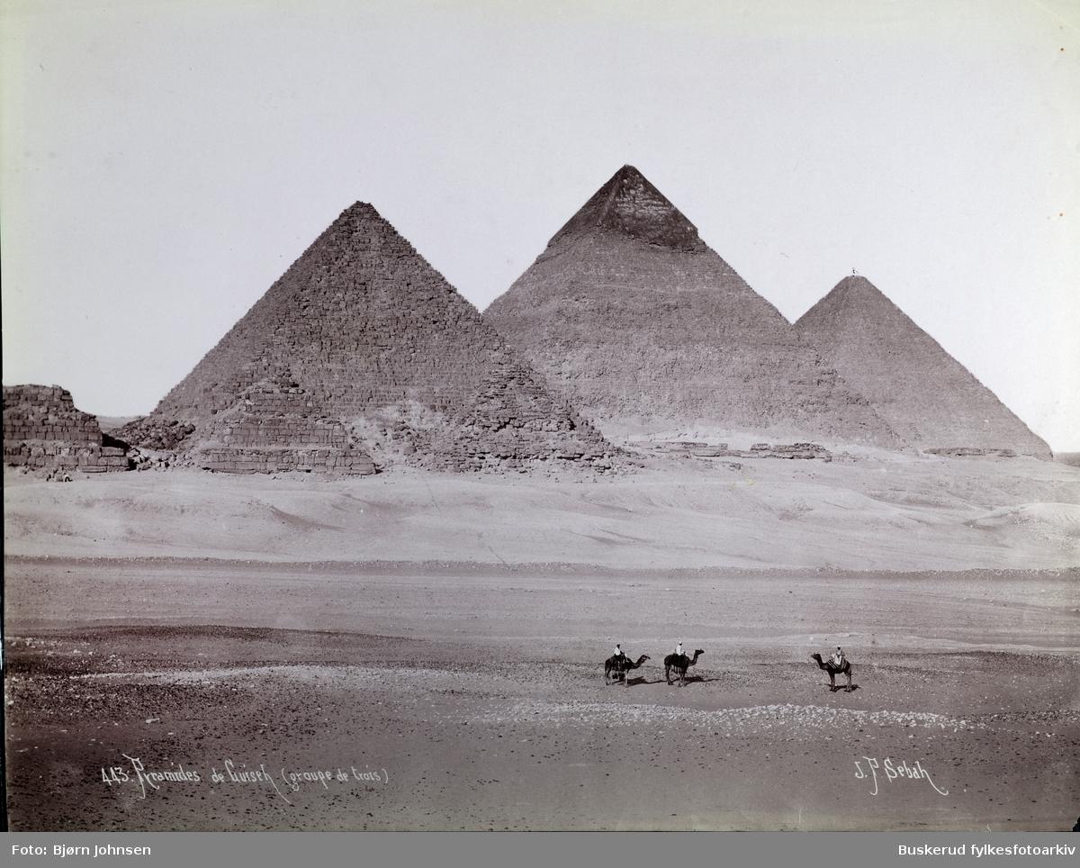 Pyramidekomplekset ved Giza. Fra venstre til høyre, de tre største er Menkaurapyramiden, Khafrepyramiden, og den store Kheopspyramiden. De tre mindre pyramidene i forgrunnen er tilleggsstrukturer tilknyttet Menkaurapyramiden