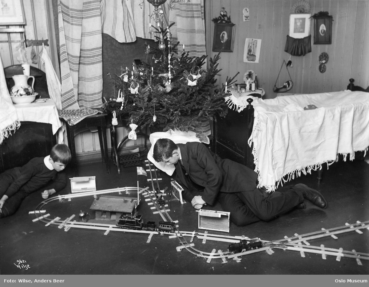 bolig, interiør, barneværelse, gutter, leketøy, modelljernbane, juletre