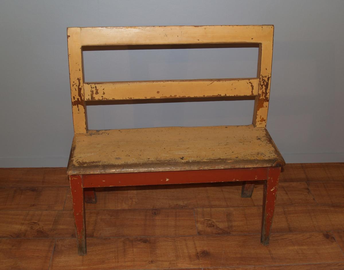 Benk med smale avlange seter med plass til 2. Fire ben og ryggstø.