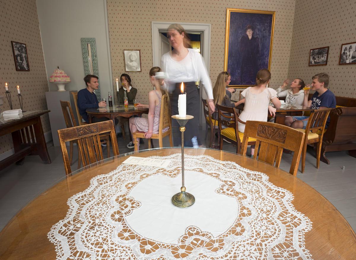 Dagligstuen i Café Dagny med gjester (Foto/Photo)