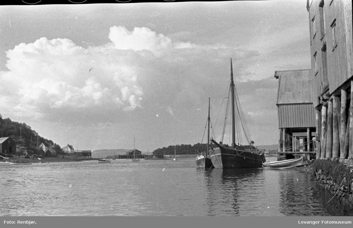 Levangersundet. Båter, badeliv og hus. Dampskipsbrygga og Kommunebrygga.
