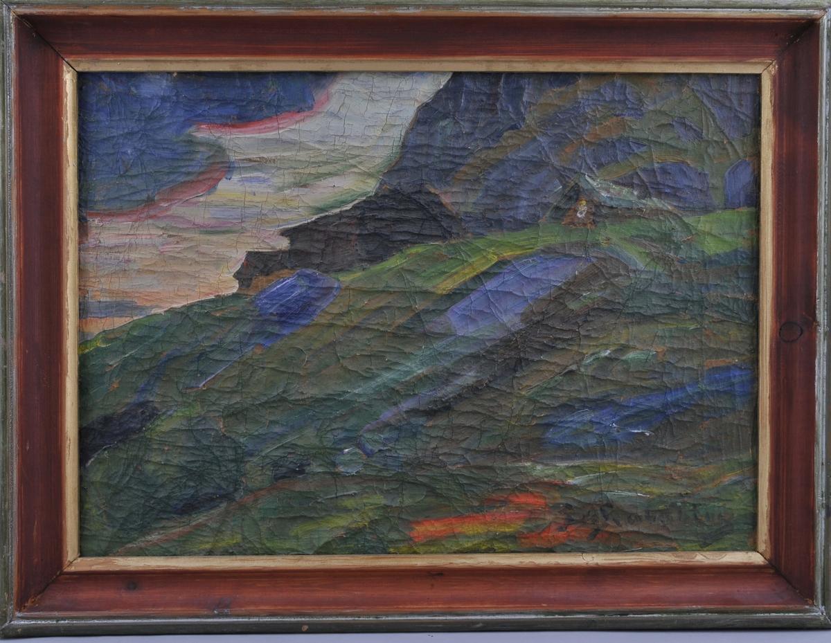 Motiv av gamal gard som litt på toppen av bakkete landskap. Møke fjell og skyer i bakgrunnen.