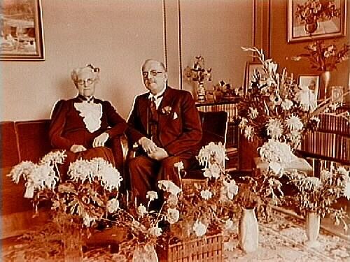 Gårdsägare J.A. Finnströms guldbröllop.Rumsinteriör, 2 personer.