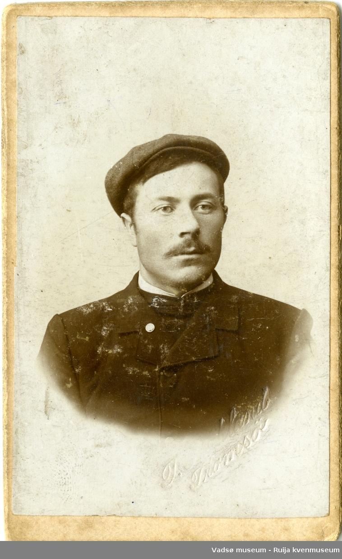 Portrett av mann med jakke og sixpence-lue, ca. 1910.