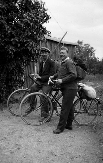 Två män med cyklar.