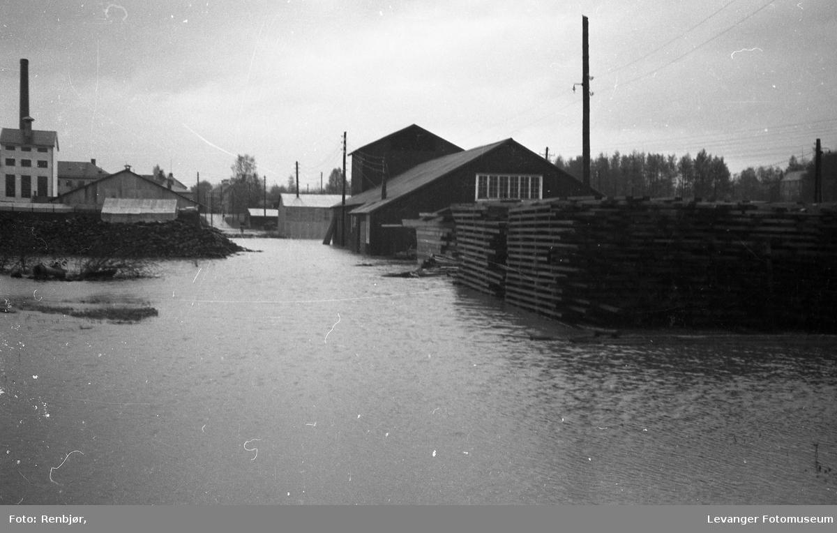 Levangerelva flommer over sine bredder og inn i byen. Sagbruk ved Levanger Stadion.