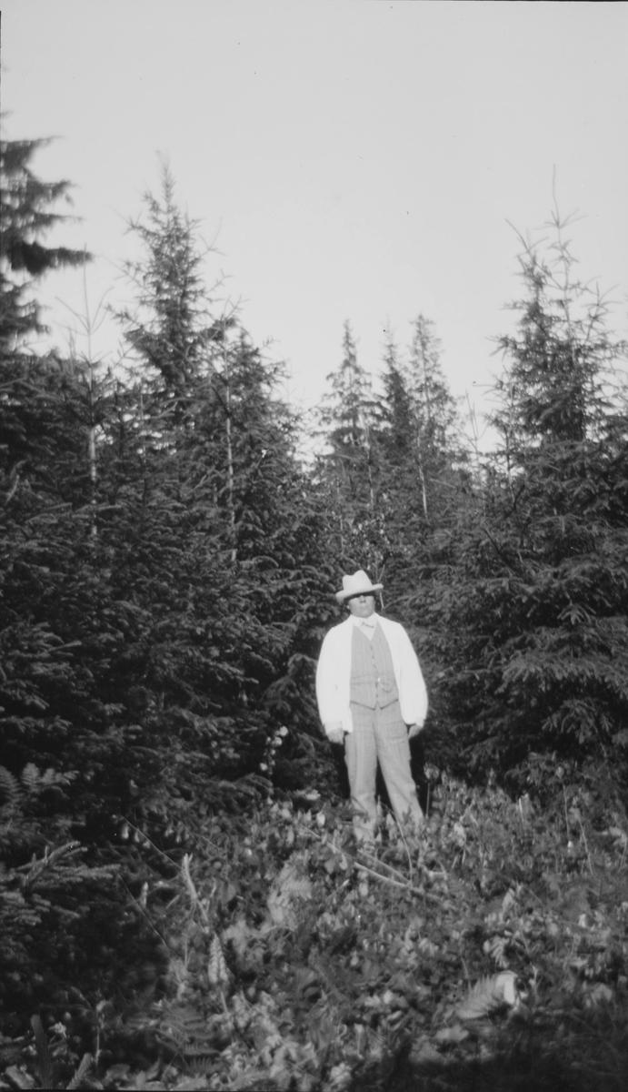 Christian Pierre Mathiesen står i en skog.