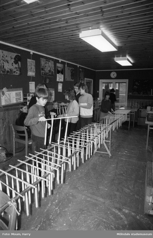 Ungdomar från Annestorpdalens scoutkår stöper ljus i scoutgården på Konditorivägen 3 i Lindome, år 1983.  För mer information om bilden se under tilläggsinformation.