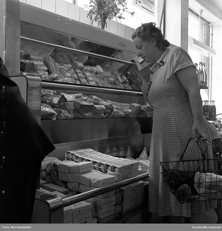 Nyöppnad konsumbutik på Dalgatan 32. Exteriör- och interiörbilder med kunder och personal.