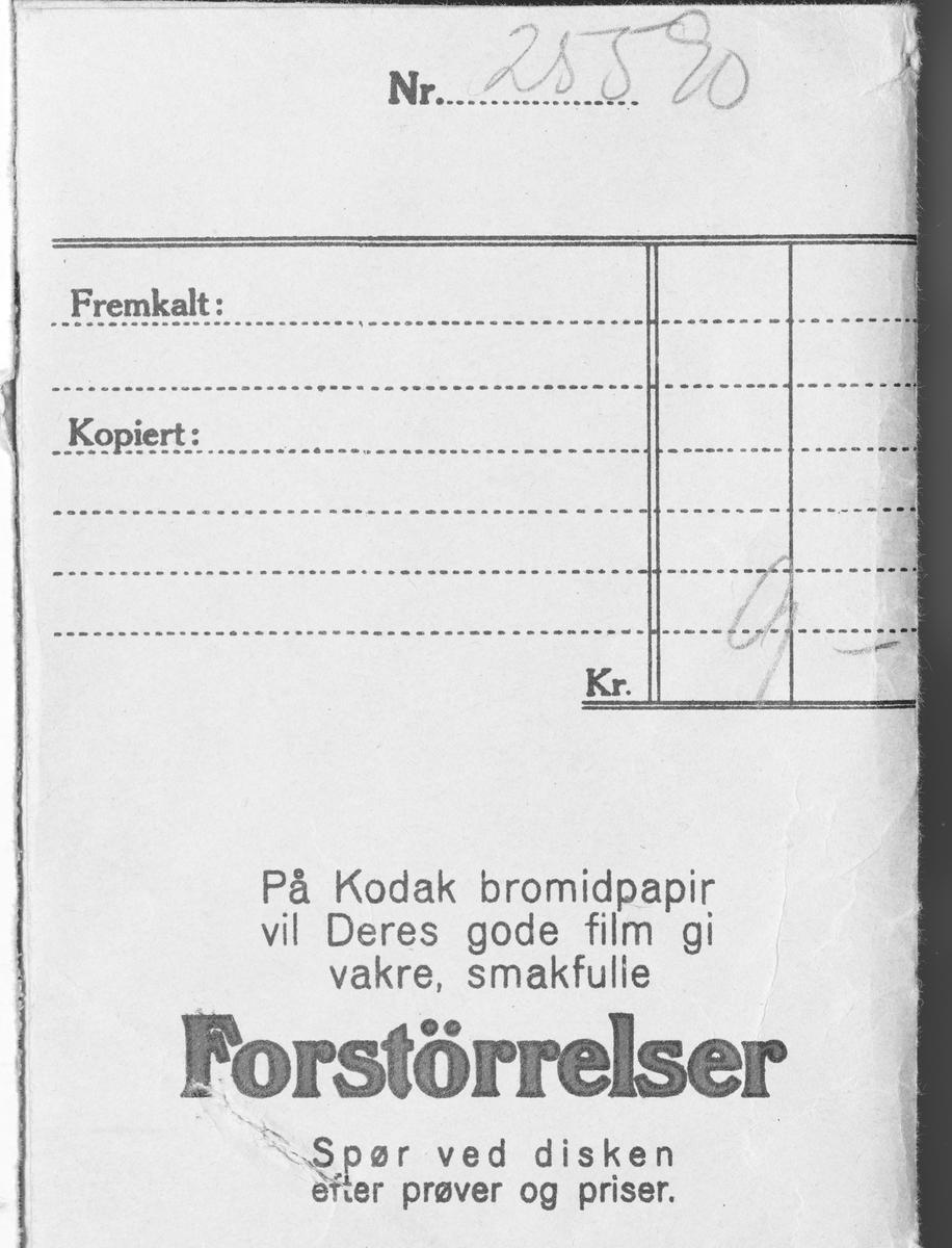 Konvolutt fra fotografen/ firmaet J.L. Nerlien AS, hvor 15 negativer ble oppbevart.  Baksiden: Håndskrevet og trykket tekst.