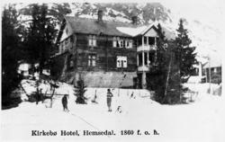 Kirkebø Hotel i Trøym. Hotellet lår rett overfor Søre Bygdhe