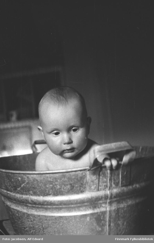 Arne Jacobsen i badestampen. Bildet er tatt i Tromsø i 1945 eller tidlig i 1946. Familien bodde i Tromsø fra november 1945 frem til 1947 da de flyttet tilbake til Hammerfest