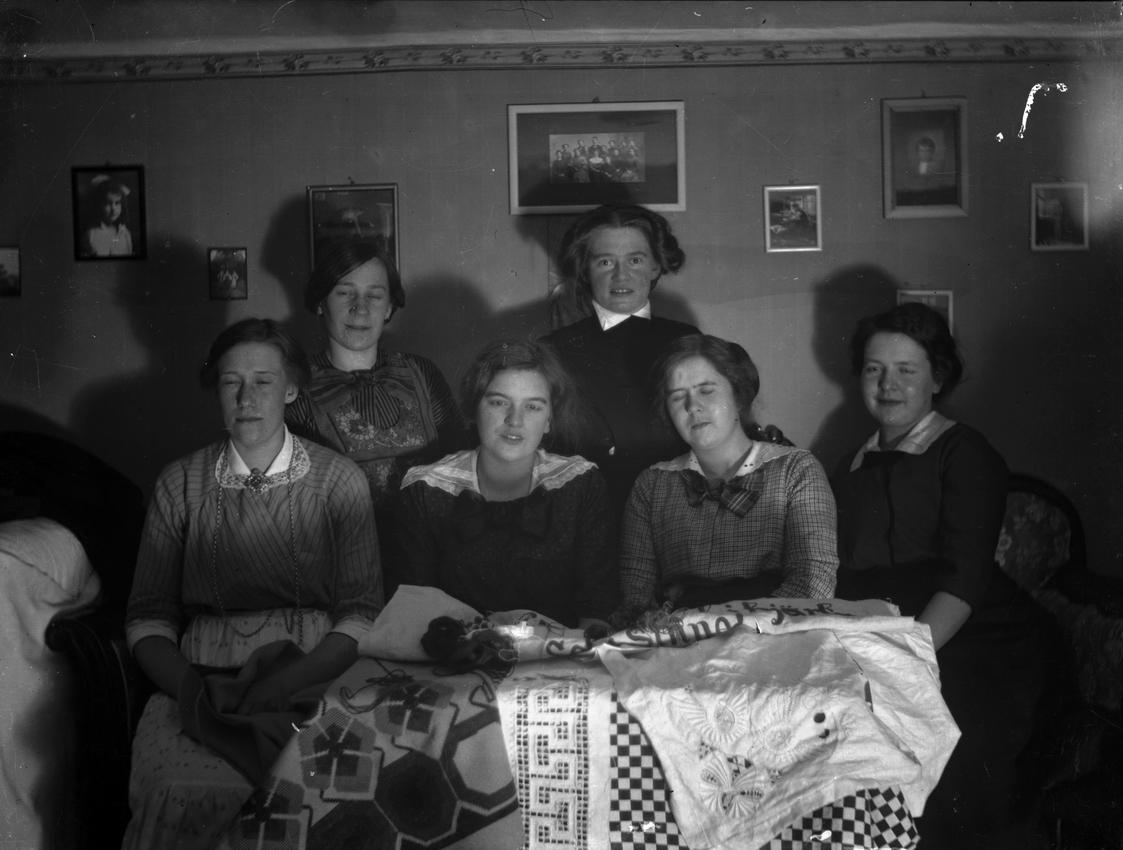 Rumsinteriör, grupp sex kvinnor.Från vänster Ester Pettersson och Ingrid Pettersson (givarens fastrar), övriga ej namngivna.