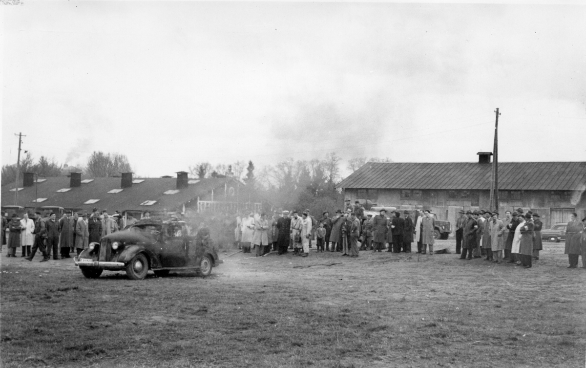 Brandövning, med brinnande amerikansk personbil. A 6. Bil från 30-talet.