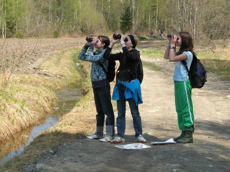 Foto av jenter som ser etter fugl med kikkert (Foto/Photo)