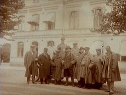 Herrar utanför Stadshotellet i Karlstad.