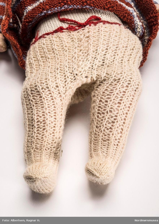 TNR: 1983/311 (i tilvekstprotokollen).  BRUK: Strømpebuksa er brukt på dukke KM.04204.  OPPL: Breddemålet er tatt ved linningen. Se KM.04205.