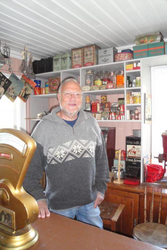 Hogne Hansen bak disken fra butikken på Dal, hvor han betjente kunder fra han var 14 til han var 17 i sin fars butikk.