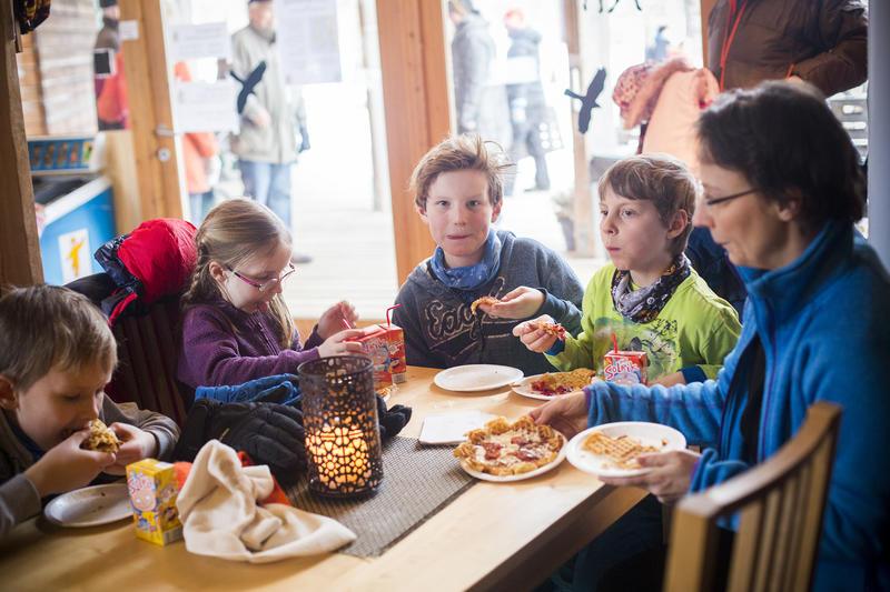 Foto av en familie som spiser vafler i kafeen (Foto/Photo)