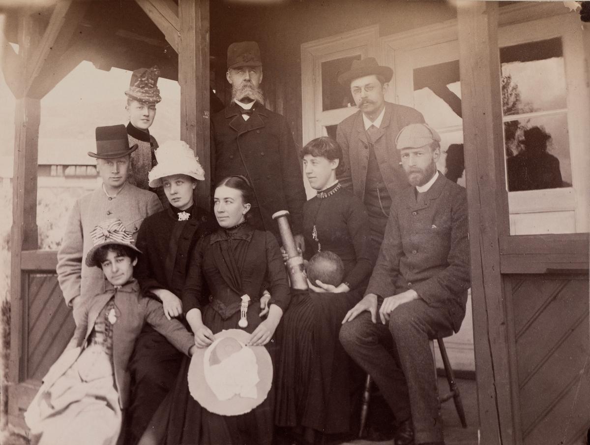 Gruppebilde fra Gausdal Sanatorium med fire menn og fem damer. identifisert er: Hans Vogt øverst til høyre, Frøken Heitmann nedre rad andre fra høyre, Mathilde Mathiesen, nedre rad i midten, nedre rad ytterst til venstre Mira(?) Benham
