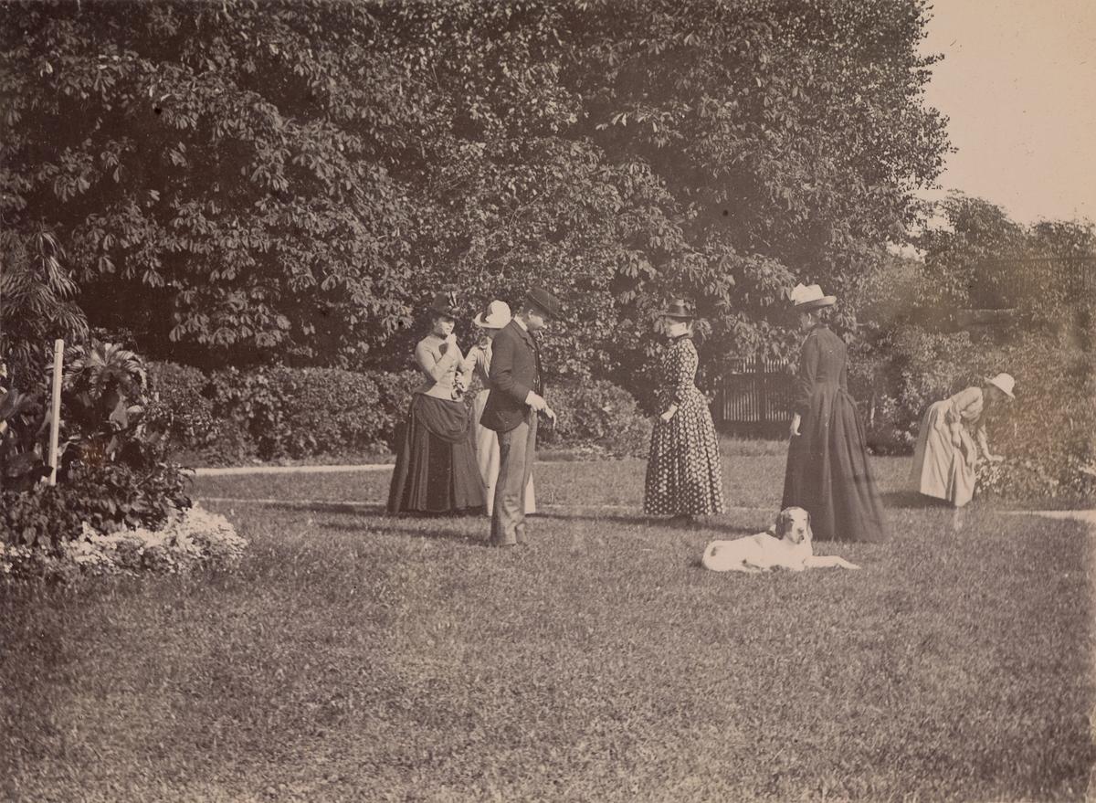 Fra venstre: Marie Hals, Anna Mathiesen, Christian Pierre Mathiesen, Regine Stang, en hund, uidentifisert kvinne (muligens Anna Nissen?) og Agnes Mathiesen i gruppebilde fra hagen på Linderud Gård.