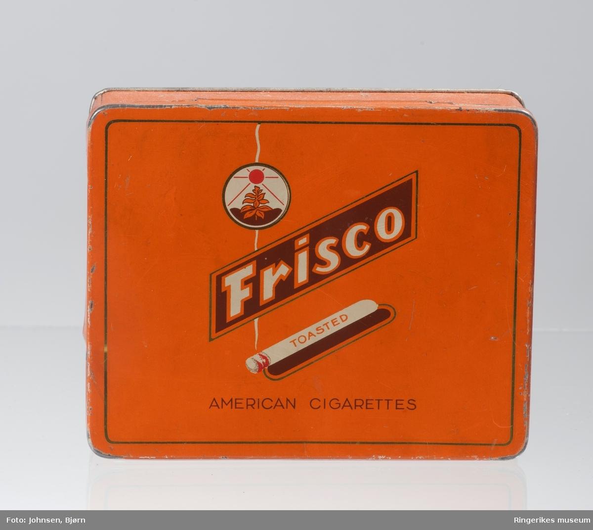 Logo i en sirkel med avbildning av tobakksplante og sol; Tent sigarett liggende på skrå