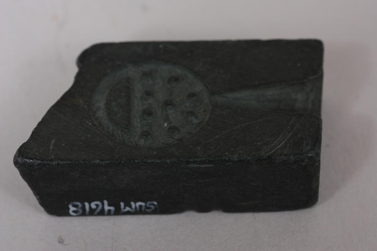 Form: Rektangulær Trakt med oppheng er skåre ut på den eine sida. På den andre er det trakt og hekte. Diam. 1,5 cm. (Malje)