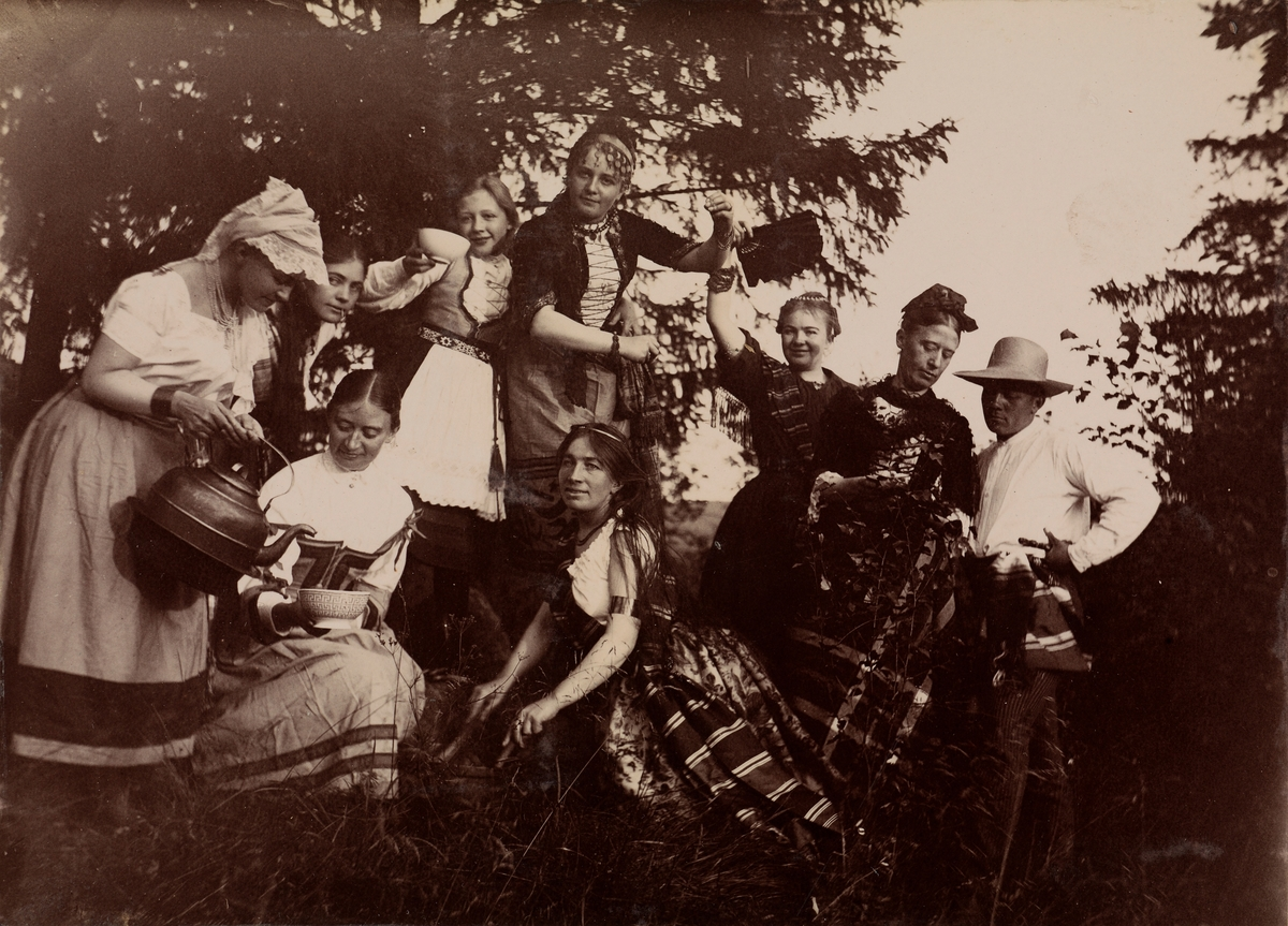 Gruppebilde. Øverst, fra venstre: Agnes Mathiesen, Julie Mathiesen, Sophie Mordt, Elise Mathiesen, Louise Mathiesen, Kaia Wetlesen, Christian Pierre Mathiesen. Nederst, fra venstre: Hanna Wetlesen, Mathilde Mathiesen.