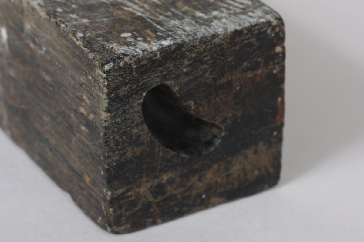 """Form: Rektangulær Stor og tung stein med tre former + eit """"hol"""" på eine kortsida/enden."""