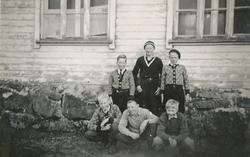 """Gutteklubben """"Lyn"""" utanfor skulehuset på Tjåland. Bak frå ve"""
